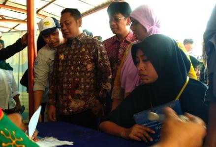 Bupati Bekasi Eka Supria didampingi Kepala Disdukcapil Hudaya meninjau pelayananOne Day Servicedi halaman kantor Kecamatan Cikarang Utara, Jum'at (05/07/2019). FOTO: Istimewa/ Fakta Bekasi.