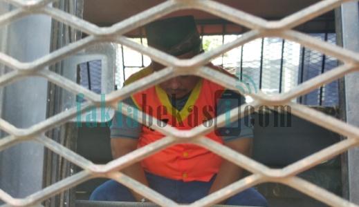 Kades Nagasari Martam Wijaya didalam mobil tahanan Kejaksaan Negeri Bekasi. FOTO: Istimewa/ Fakta Bekasi.