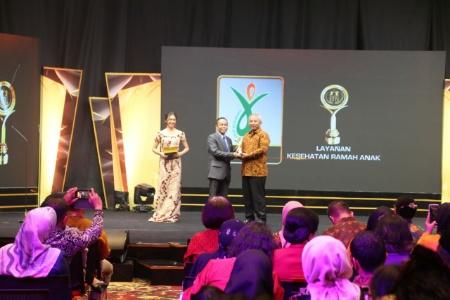 Walikota Bekasi Rahmat Efendi terima penganugerahan penghargaan dari Komisi Perlindungan Anak Indonesia, Jumat (19/7/2019). FOTO: Istimewa/ Humas Pemkot Bekasi.