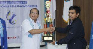 Manager Tim KNPI Kabupaten Bekasi Adiyanto Saputra Wijaya terima piala atas Turnamen Futsal yang digelar DPD KNPI Jawa Barat. FOTO: Istimewa/ KNPI Kabupaten Bekasi.