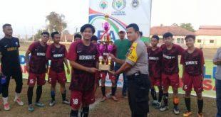 Kapolsek Cikarang Pusat Akp Somantri menyerahkan Piala pada Juara Kedua yang diraih Desa Babelan Kota. FOTO: Istimewa/ Fakta Bekasi.
