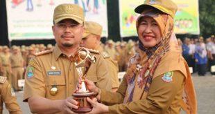 Sekertaaris Daerah Kota Bekasi Reny Hendrawati serahkan penghargaan kepada salah satu OPD usai apel pagi. FOTO: Istimewa/ Fakta Bekasi.