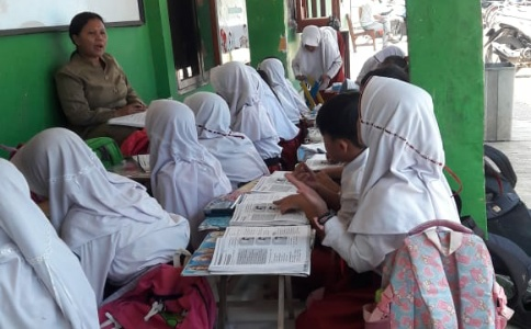 Terlihat proses belajar mengajar siswa kelas I SDN Sukadami 02 dilakukan diluar depan kelas sekolah. FOTO: Istimewa/ Fakta Bekasi.