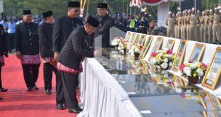 Bupati Bekasi Eka Supri Atmaja tanda tangani 12 Proyek Pembangunan di Hari Jadi Kabupaten Bekasi ke-69, usai gelar upacara. FOTO: Istimewa/ Humas Pemkab Bekasi.