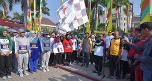 Bupati Bekasi Eka Supria Atmaja lepas peserta lomba gerak jalan. FOTO: Istimewa/ Fakta Bekasi.