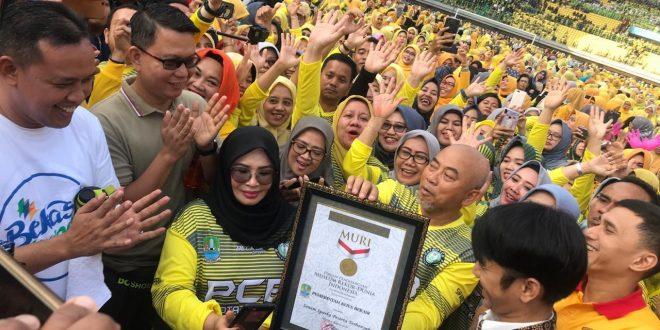 Wali KOta Bekasi Rahmat Effendi menerima piagam rekor muri Senam Sparko, di Stadion Patriot, Selasa (06/08/2019). Foto: Humas/Istimewa