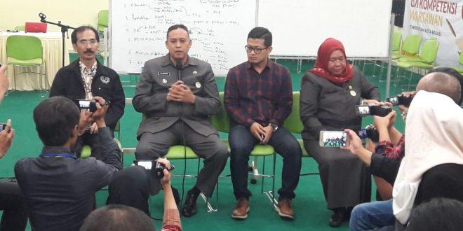 Wakil Walikota Bekasi Tri Adhianto (tengah pegang mic) duduk sebagai pembicara hari ke-2 UKW Kota Bekasi, Kamis (01/08/2019). FOTO: Istimewa/Fakta Bekasi