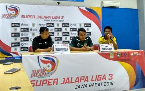 Kapten Persikasi Angga Irawan memberikan tanggapan dalam Konferensi pers, usai pertandingan melawan Persipo di Stadion Wibawa Mukti. FOTO: Istimewa/ Fakta Bekasi.