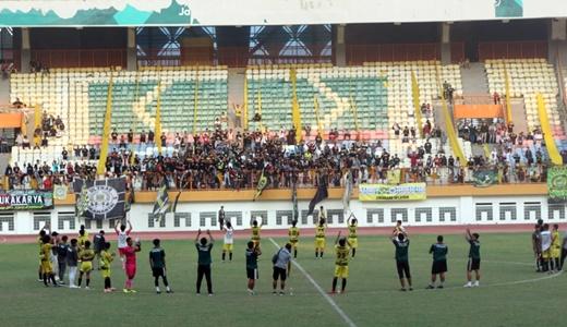 Pemain Persikasi datangi supporter, setelah usai bertanding melawan Persipo di Stadion Wibawa Mukti. FOTO: Istimewa/ Fakta Bekasi.